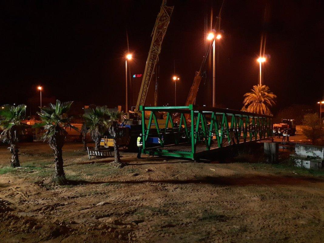 Montaje de la pasarela al Polígono PISA. Foto: Consejería de Fomento.