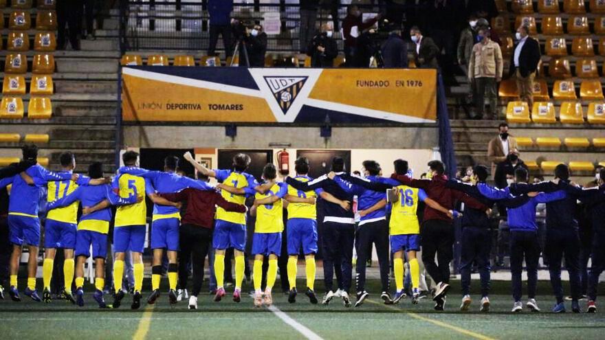 El Tomares celebra su pase de eliminatoria en la Copa del Rey con público en las gradas.