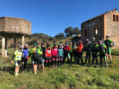 Ciclistas junto antigua estación de Riguela