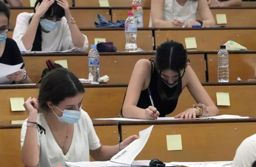Estudiantes se examinan de selectividad en tiempos de pandemia. Europa Press.