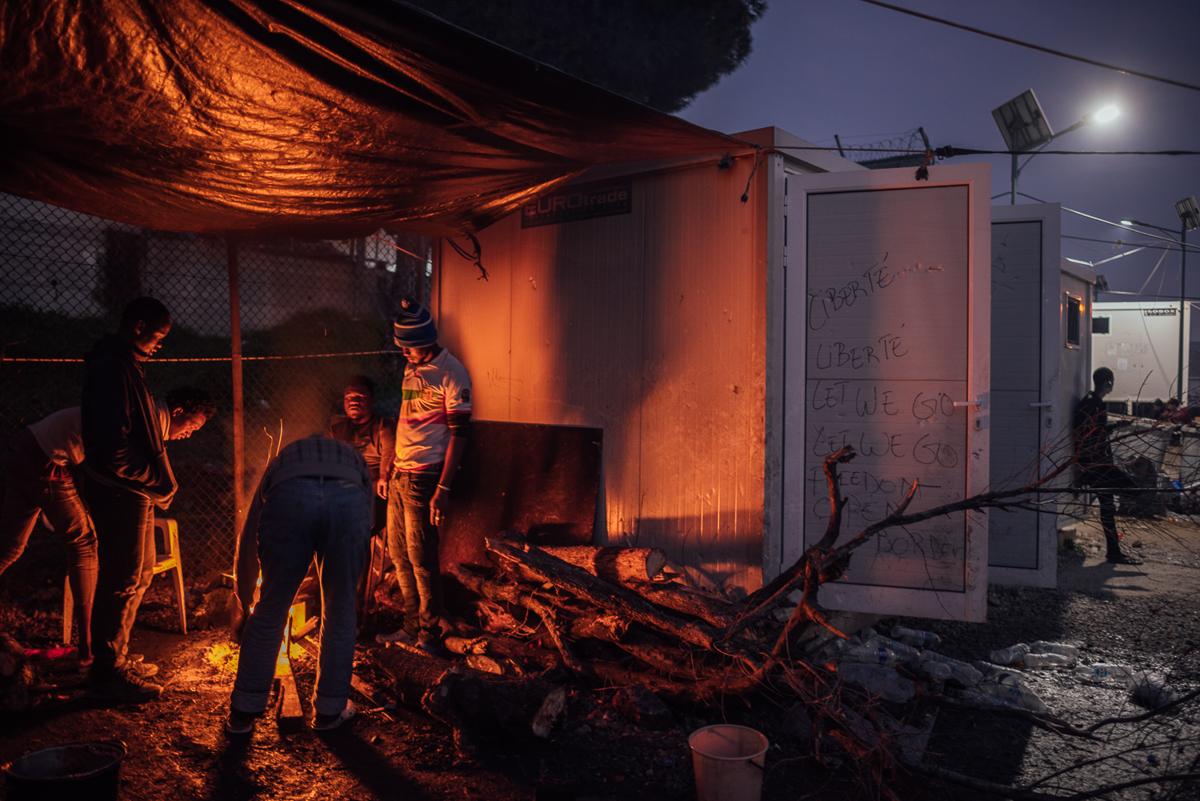 Τη νύχτα, υπάρχουν πολλές φωτιές μέσα στο στρατόπεδο.  Το ξύλο προέρχεται από το δάσος και τον ελαιώνα που περιβάλλουν την περιοχή, γεγονός που οδηγεί σε εντάσεις με τους τοπικούς αγρότες.  [Kevin McElvaney / Al Jazeera]