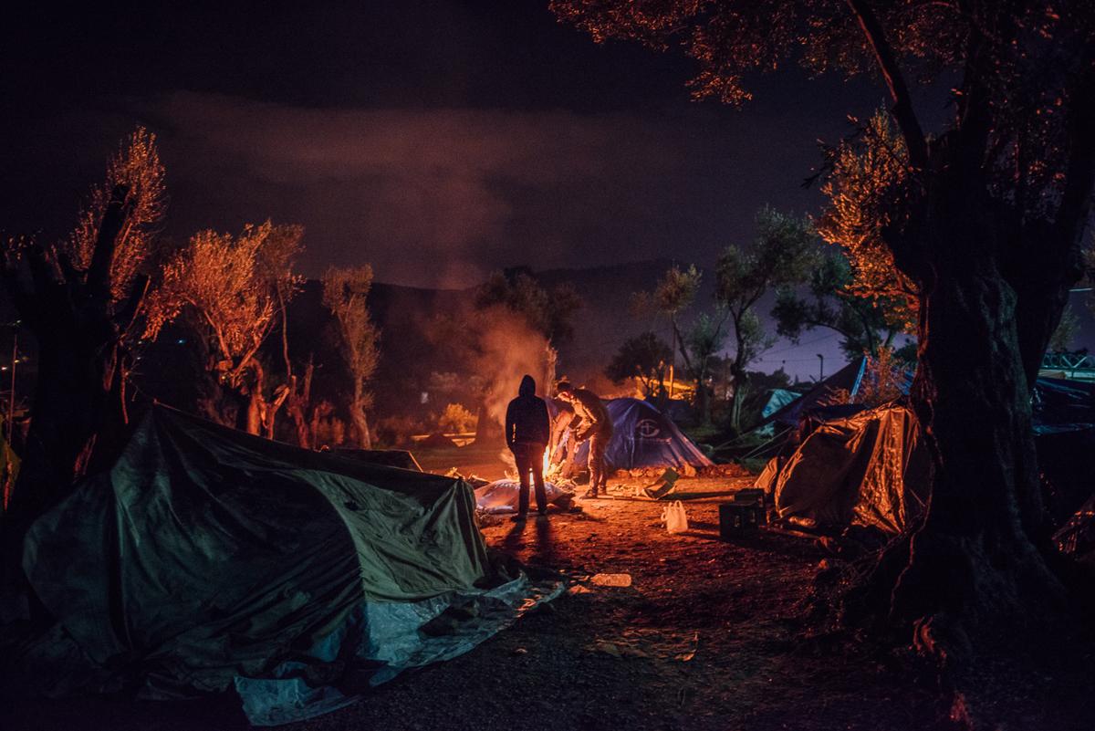 Οι σκηνές Makeshift εξαπλώθηκαν στον ελαιώνα εκτός του στρατοπέδου Moria.  Οι άνθρωποι εδώ δεν έχουν πρόσβαση σε ηλεκτρικό ρεύμα ή σε εγκαταστάσεις υγιεινής.  [Kevin McElvaney / Al Jazeera]
