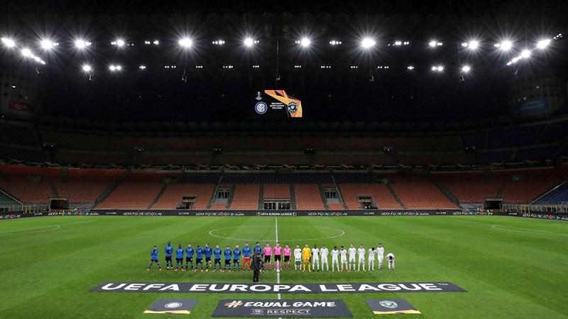ساکر فٹ بال - یوروپا لیگ - 32 سیکنڈ لیگ کا راؤنڈ - انٹر میلان وی لوڈو گورٹس - سان سائرو ، میلان ، اٹلی - 27 فروری ، 2020 میں ٹیمیں مداحوں کے بعد خالی اسٹیڈیم میں میچ سے پہلے قطار میں کھڑی ہوگئیں