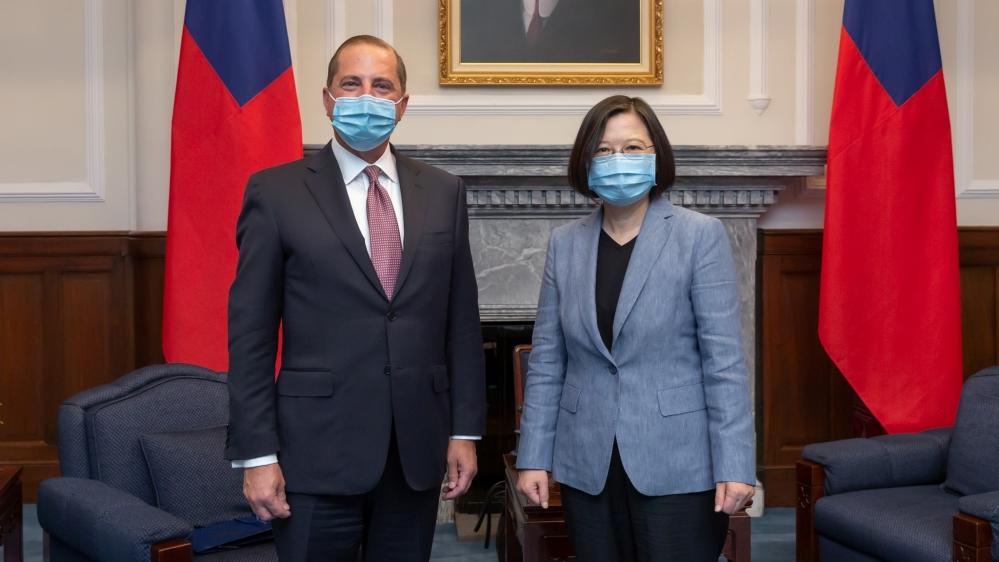 امریکی سیکریٹری برائے صحت اور انسانی خدمات الیکس آذر اور تائیوان کے صدر سوائی انگ وین ، جنہوں نے دونوں نے چہرے کے ماسک پہنے ہوئے تھے ، صدارتی دفتر میں ، تائپی میں ہونے والی ملاقات کے دوران تصاویر کے لئے تصویر بنائے ہوئے