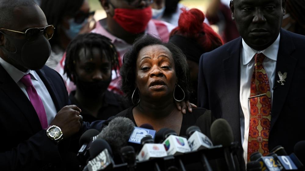 کینوشا میں پولیس کے ذریعہ جیکب بلیک کے نام سے شناخت ہونے والے ایک سیاہ فام شخص کو متعدد بار گولی مار دینے کے بعد لوگوں نے احتجاج کیا