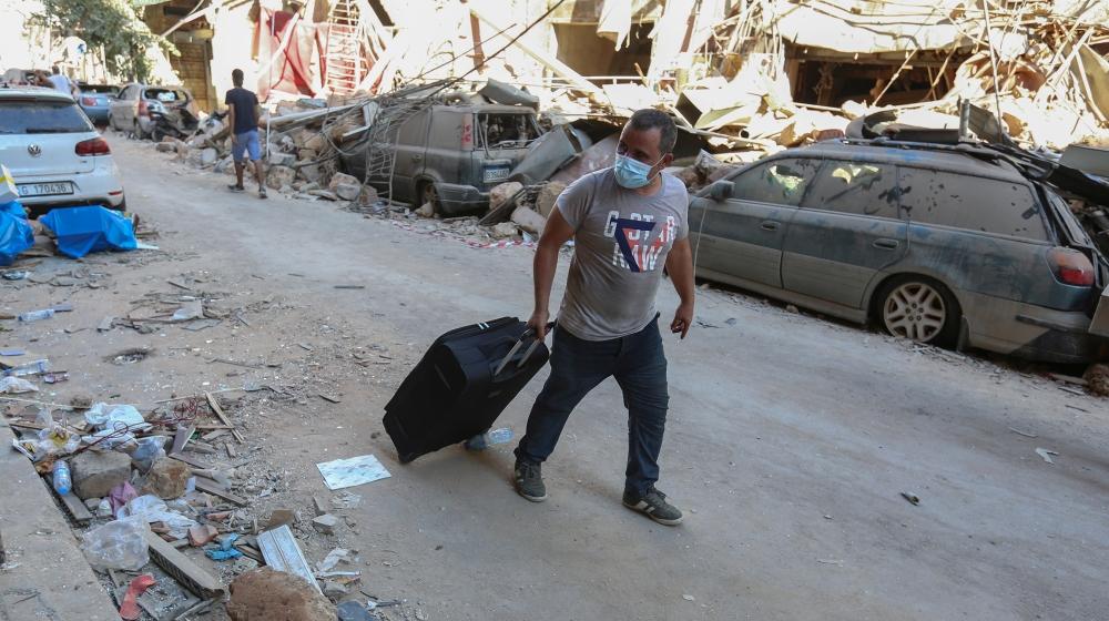 بیروت کے بندرگاہ علاقے ، لبنان میں 5 اگست ، 2020 کو منگل کے روز ہونے والے دھماکے کے بعد ، ایک شخص اپنے تباہ شدہ مکان کو خالی کرتے ہوئے اپنے سامان کو گلی کے ساتھ دھکیل دیتا ہے۔ رائٹرز / عزیز طاہر