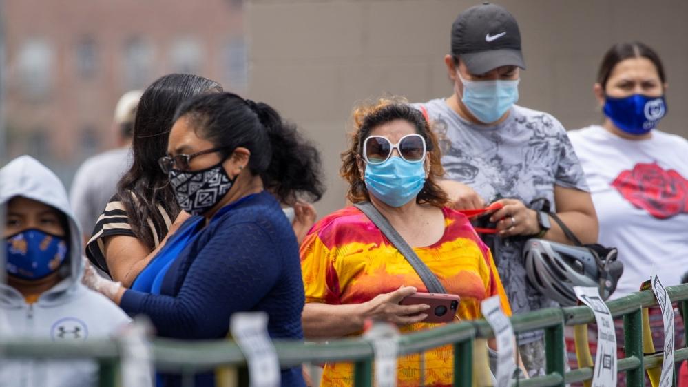لاس اینجلس میں کورونا وائرس کی بیماری (COVID-19) کے پھیلنے کے دوران ، صارفین فوڈ 4 کم کریانہ کی دکان پر کھانے کے لئے خریداری کے لئے قطار میں کھڑے ہیں