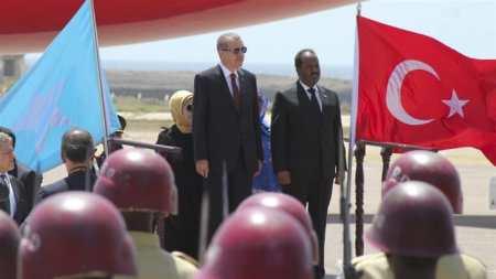 Recep Tayyip Erdogan, centre left, stands beside the President of Somalia, Hassan Sheikh Mohamud, centre right, upon his arrival in Mogadishu, Somalia, on January 25, 2015. [EPA]