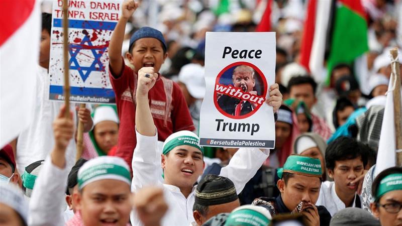 Protestierende in Jakarta sammelten die Entscheidung der USA, Jerusalem als Israels Hauptstadt anzuerkennen [Darren Whiteside / Reuters]
