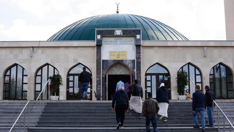 Muslim worshippers gather at the IZW Viennese Islamic Center mosque two days before October's parliamentary elections [Thomas Kronsteiner/Getty Images]
