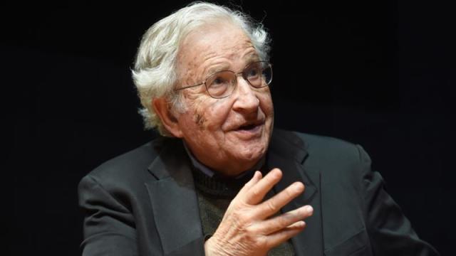 A los 91 años, el lingüista y filósofo estadounidense Noam Chomsky se está autoaislando en medio de la pandemia de coronavirus [Archivo: Uli Deck / EPA]