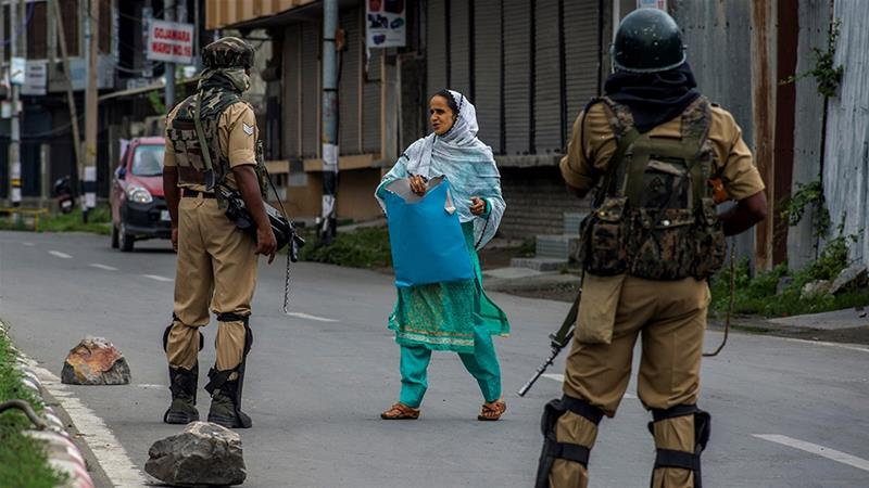 Indian forces stop a Kashmiri woman going to a hospital amid restrictions in Srinagar [Yawar Nazir/Getty Images]