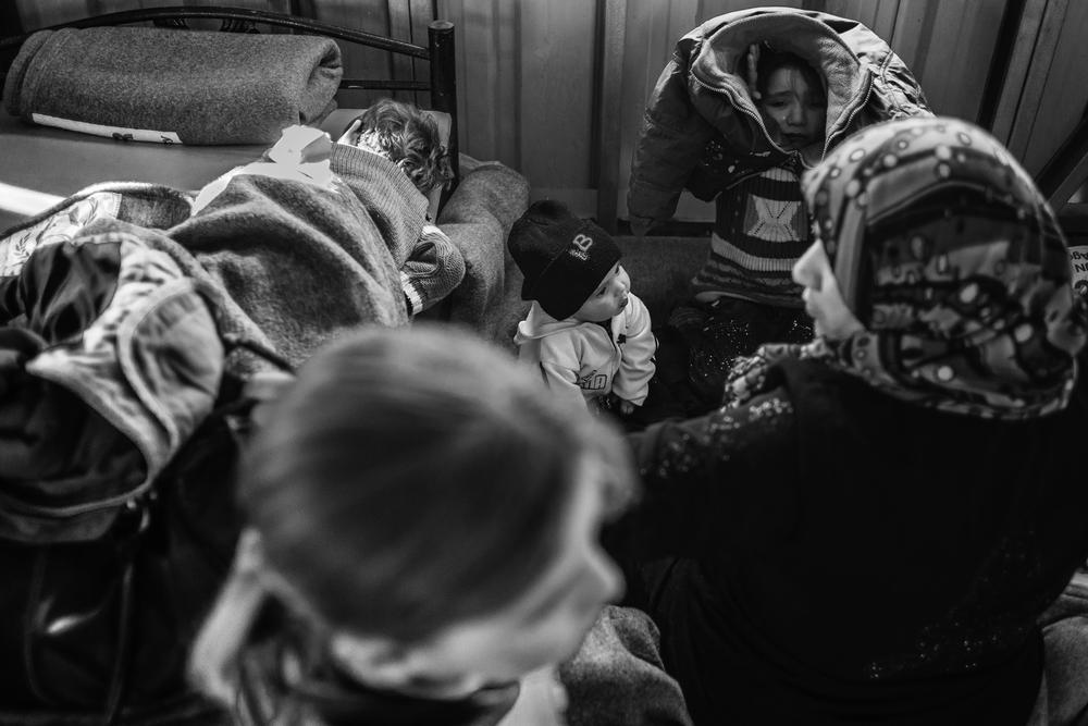 Most refugees arrive atthe camp at around 3 am.A little girl cries after her mother tells her to put on a coat which has abroken zipper.