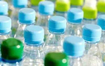 5 riesgos de tomar agua en botellas plásticas