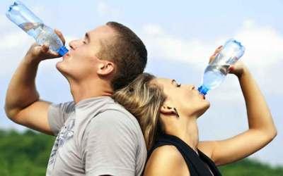 ¿Por que debemos tomar agua a diario?