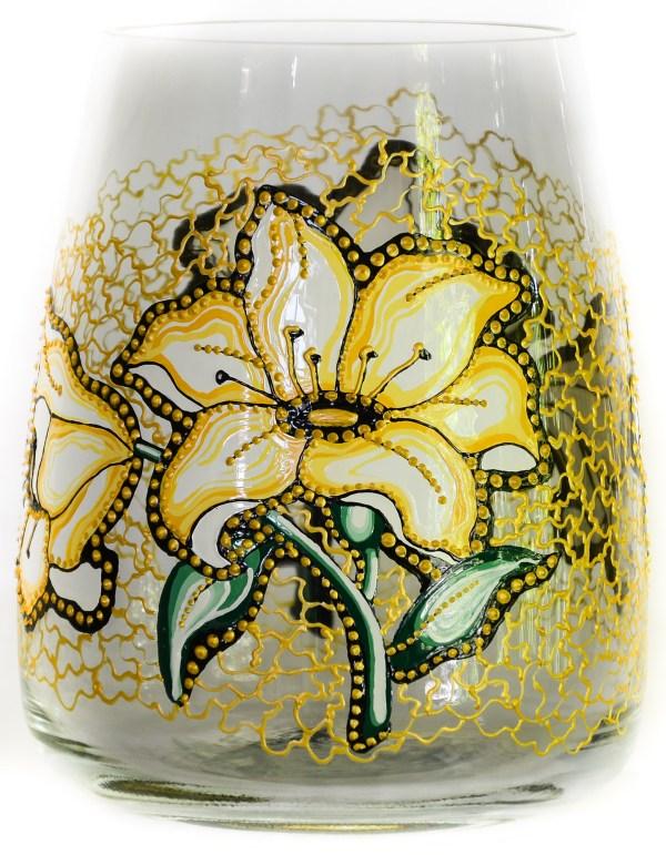 Vaza pictata cu crini in culori de acril si vitraliu