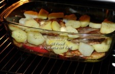 si friptura de porc este gata pentru a fi introdusa in cuptorul preincalzit la 200 de grade. La aceasta temperatura veti ramane cca. 20 de minute, dupa care veti creste temperatura la 250 de grade pentru alte aproximativ 10 minute.