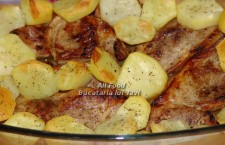 Cand cartofii au capatat o crusta aurie, scoateti vasul din cuptor,