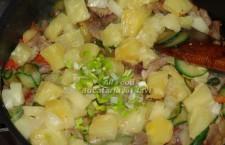 Continuati prin a adauga ananasul, ceapa verde, amestecati si lasati 30 de secunde.