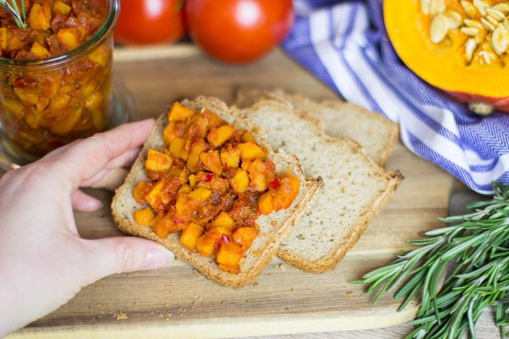Veganer Kürbis-Tomaten-Brotaufstrich mit glutenfreiem Brot