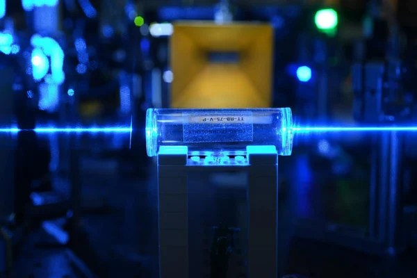 Atoms in a glass vapor cell in the process of being excited with laser beams to Rydberg states