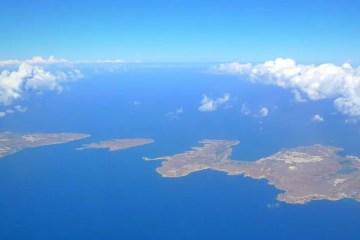 Ausblick auf dem Flugzeugfenster auf die Insel Malta, Comino und Gozo während einem Flug zum Flughafen Malta-Luqa.