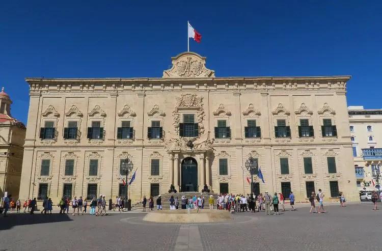 Die Vorderansicht des Großmeisterpalasts in Valletta.