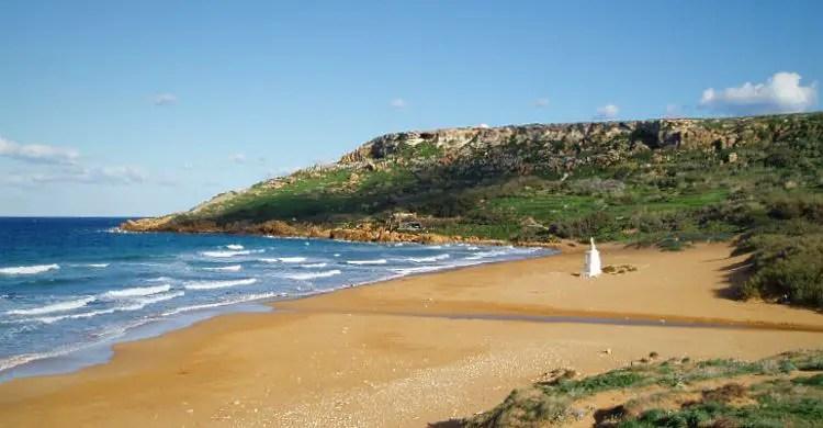 Das Wetter am Rambla Strand im Frühjahr. Das mediterrane Klima auf Malta sorgt für gutes und warmes Wetter. Die Sonne scheint, die Hänge sind mit Bäumen und Palmen bewachsen. Man kann am Strand schwimmen.