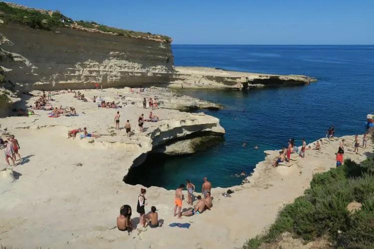 Der Stein-Strand am St. Peters Pool und das türkisblaue Meer im Pool.