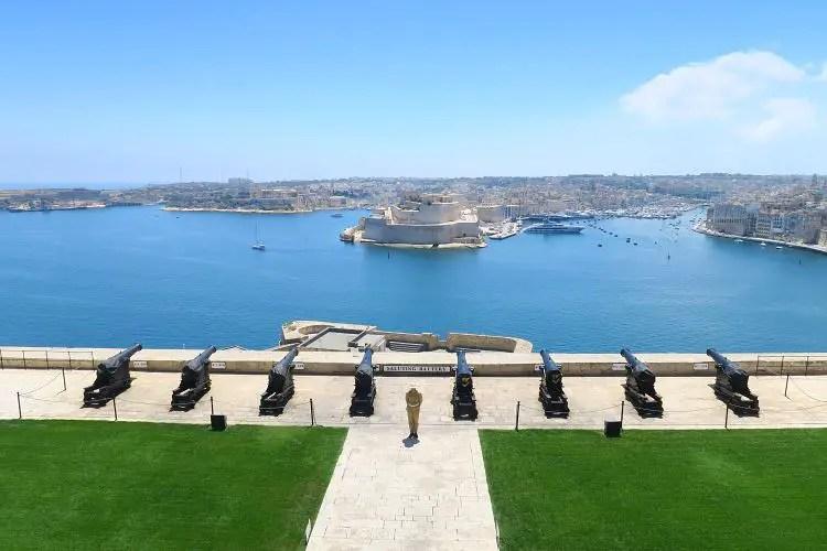 Blick vom Upper Barrakka Garden auf die Kanonen der darunterliegenden Saluting Battery und dem Grand Harbour von Malta. Auf der anderen Seite des Hafens liegt die Stadt Vittoriosa.