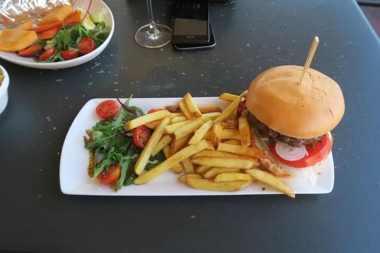 Ein Teller mit einem Burger und Pommes im Il-Gabbana Restaurant auf Malta.
