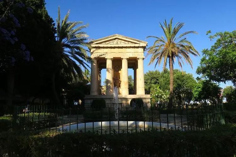 Die gürnen Bäume und blühende Sträucher und Bäume in den Lower Barakka Gardens im Frühling in Maltas Hauptstadt Valletta.