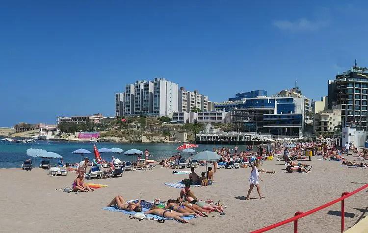 DEr gut besuchte Sandstrand, mit vielen Badegästen und die dahinterliegenden Hotels.