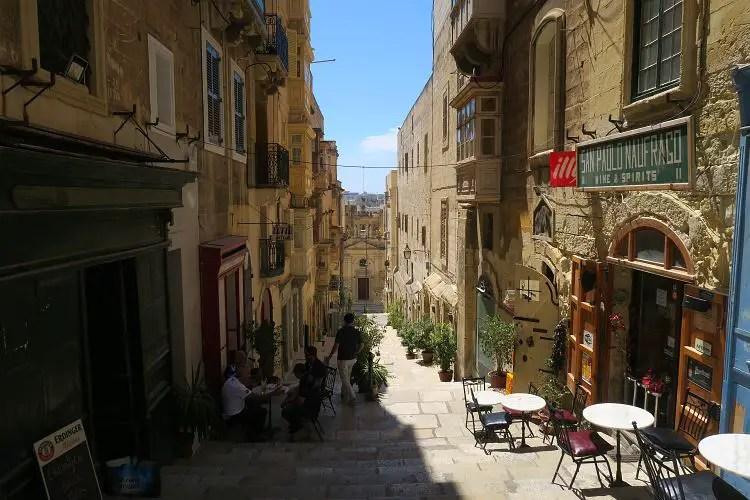Eine schmale Gasse zwischen den barocken Häusern in Maltas Hauptstadt Valletta.