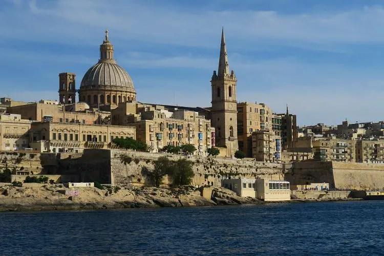 Die Haputstadt von Malta, Valletta, gesehen vom Marsamxett Hafen in Sliema.