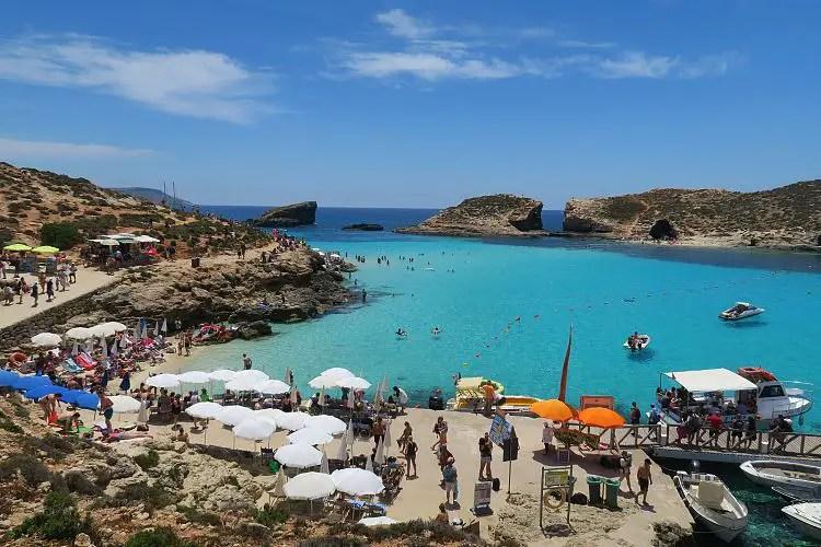 Das türkisblaue Meer in der Blauen Lagune mit vielen Badegästen.