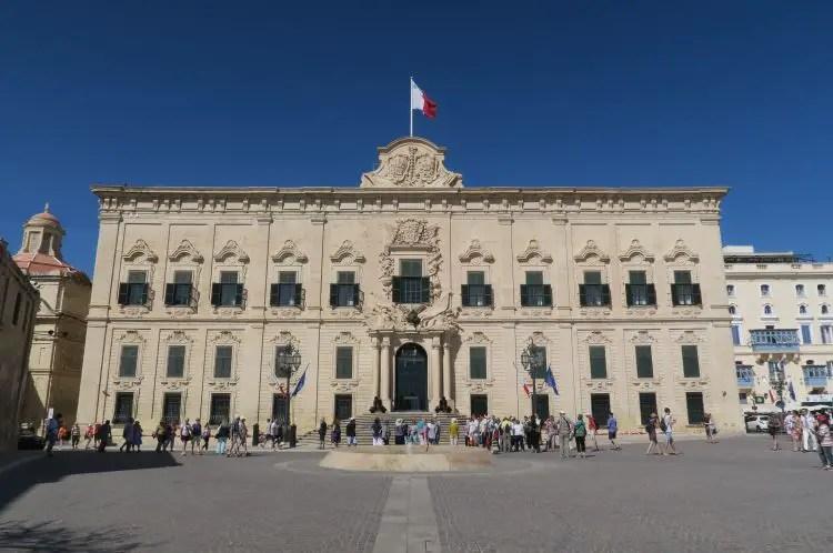 Die Fassade des Großmeisterpalast.