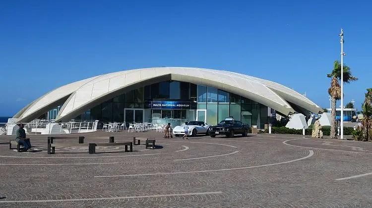 Das wie ein Seestern geformte, weiße Gebäude des Malta National Aquarium an der Küste der St. Paul´s Bay in Qawra.