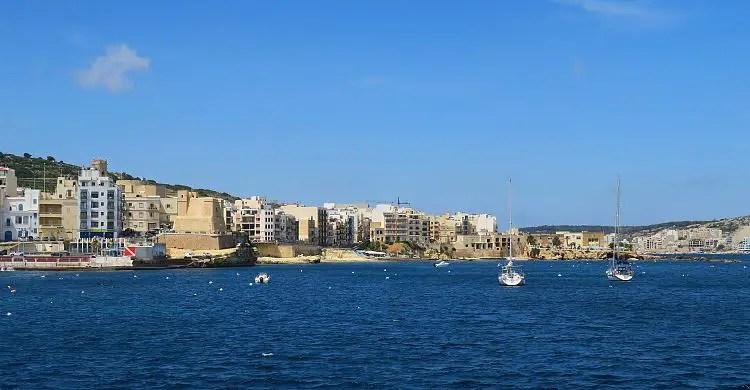 Die St. Paul´s Bay und der Ort Buggiba, von einem Schiff aus gesehen.