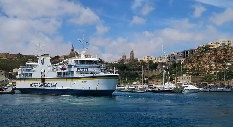 Der Blick vom Meer auf die Malta-Gozo Fähre im Hafen von Mgarr.