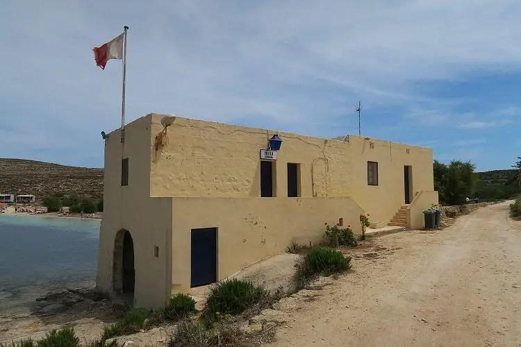 Die Polizeistation an der St. Marija Bay auf Comino, Malta.