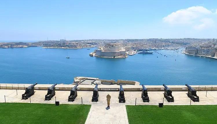 Die acht Kanonen im Zentrum der Saluting Battery, oberhalb des Meerses am Grand Harbour.