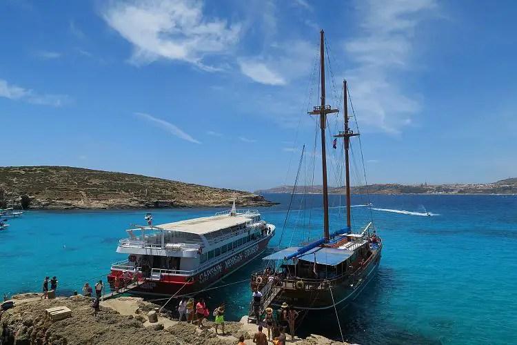 Captain Morgan Cruise Boat und das Segelschiff Fernandez an der Blauen Lagune auf Comino, Malta.