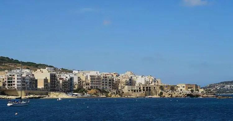 Blick von einem Schiff auf die Orte Buggiba und Qawra an der St. Paul´s Bay.