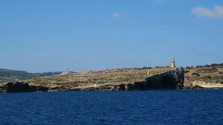 St. Paul´s Island mit einer Statue von Paulus, 100 Meter vor der Küste von Malta.