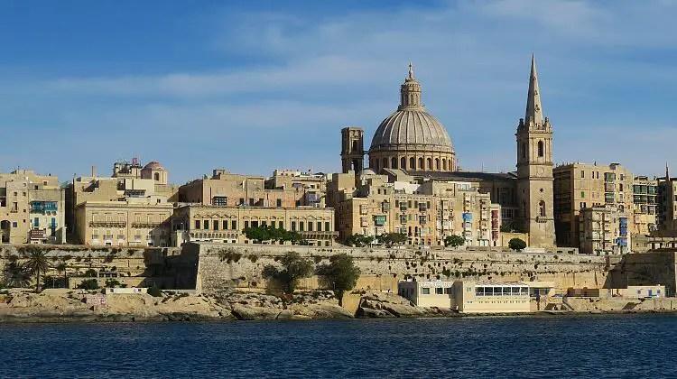Maltas Hauptstadt Valletta, gesehen vom Marsamxett Hafen in Sliema.