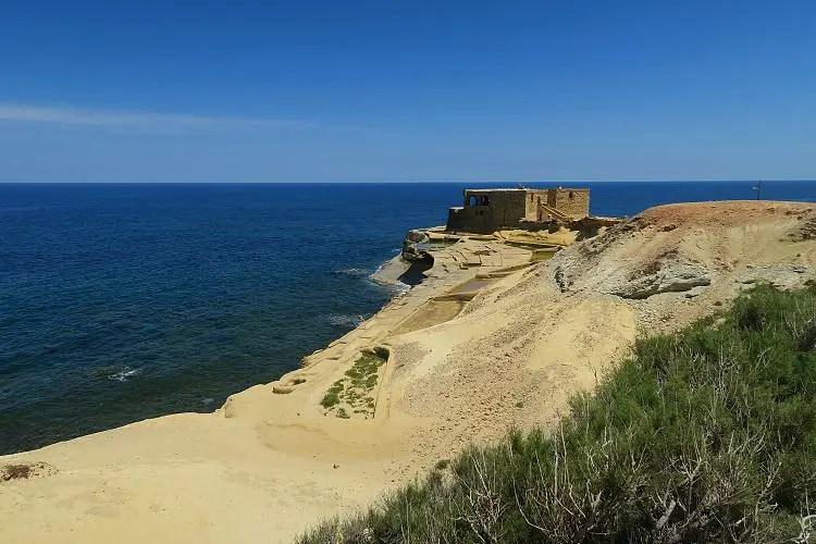 Die Xwejni Bay ist eine Felsbucht mit einem Kiesstrand.