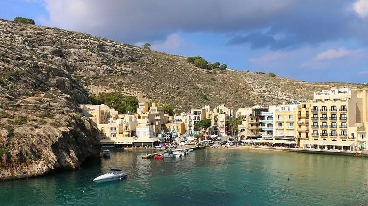 Eine Bucht mit Häusern direkt am Meer und einem kleinen Strand.