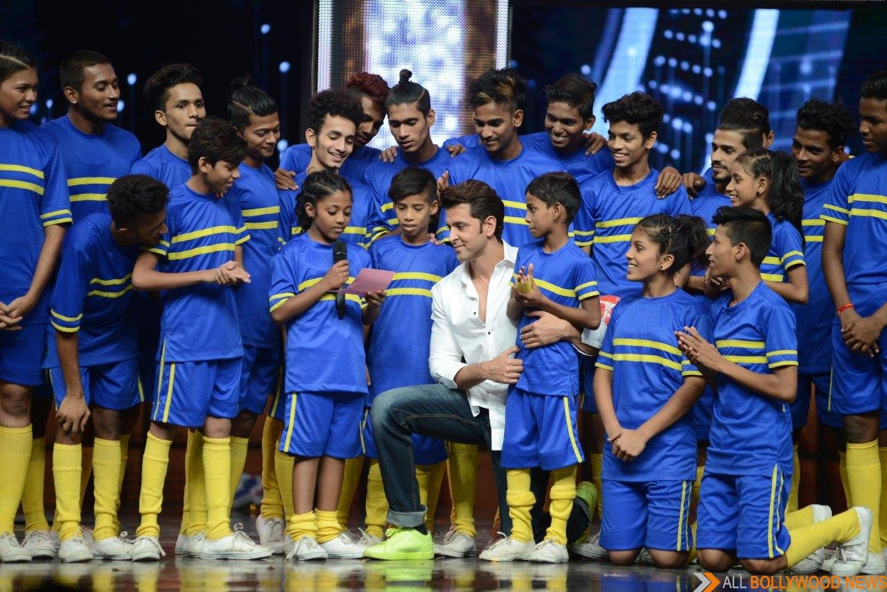 Hrithik Roshan on the stage of Dance + season 2 with X1X crew - All