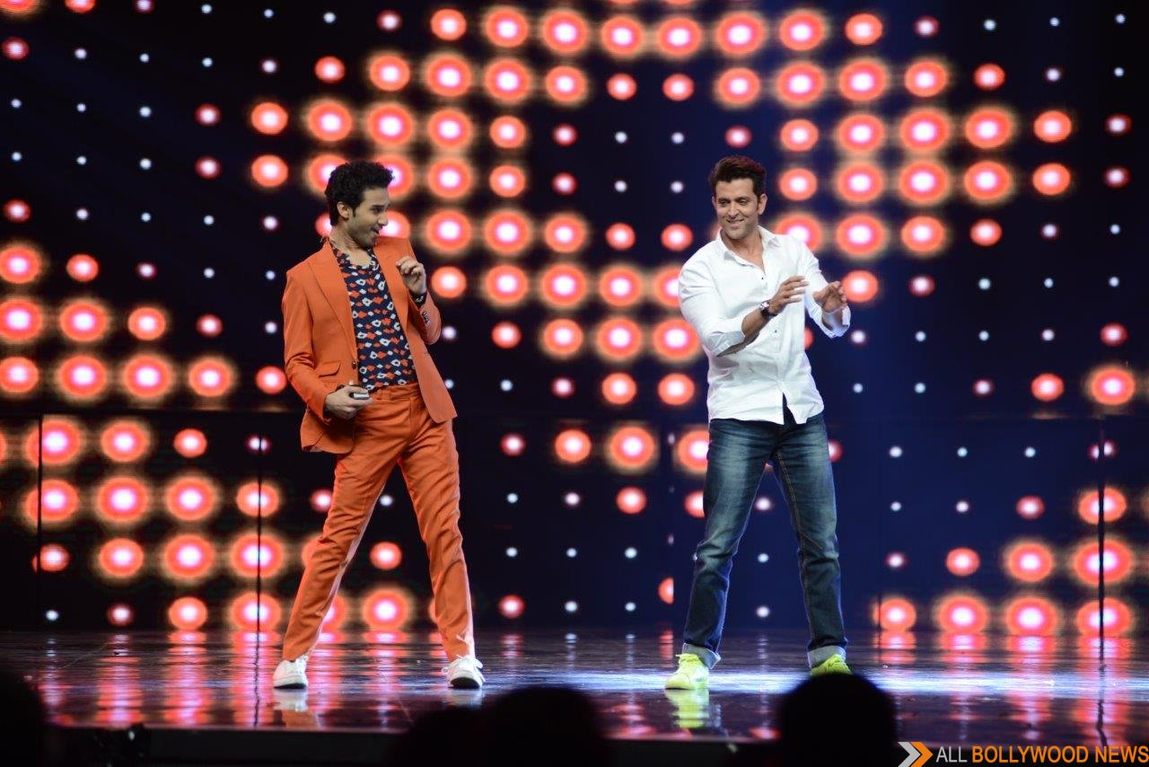Hrithik Roshan shakes a leg with host Raghav Juyal on the stage of